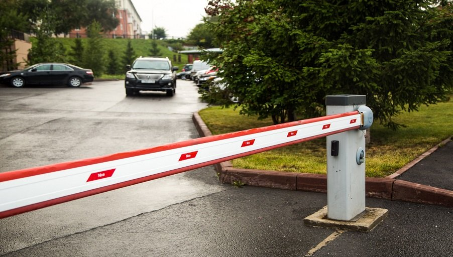 Посторонним вход воспрещен: ставим шлагбаум на въезд во двор